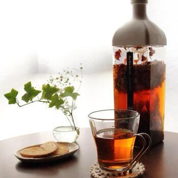 サロンなどでも出されるおしゃれでどこか落ち着くルイボスティ。実際に、リラックス効果が含まれていると言います。また、美肌効果や血圧を下げる働き、代謝アップやダイエット効果などのさまざまな健康効果があります。淹れ方は簡単。沸騰したお湯に茶葉を入れて、弱火で10分煮出した後、茶葉を取り出したら完成です♪