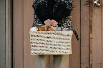 パーム素材を使って、モロッコで作られた涼し気な印象のお買い物かごです。四角いフォルムがとてもキュートですね。底部が四角になっているので、買ったものの収まりもよく、無駄なくきちんと入れられます。四角い形状を生かして、雑誌入れとして使うなど、インテリアバスケットにもおすすめです。