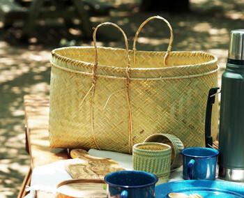 アジアンテイストあふれるこちらのかごは、ラオスの職人さんがひとつひとつ手作りした竹素材のものです。日本の竹に近い青竹を包丁でごくごく薄くそぎ、水に浸しながら立体的に編んでいくそう。素朴な風合いが、スーパーにもよく馴染みます。