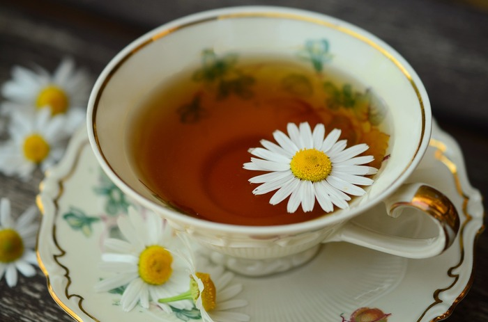 ハーブティーとして親しまれるカモミールティー。ルイボスティーと同じように、リラックス効果があることは知られていますが、他にも皮膚や粘膜を健康に保つ効果や、免疫力を高めてくれる働き、生理痛の緩和など、さまざまな効果が備わっています。ティーカップ1杯に対してティースプーン1杯~1.5杯を目安にポットに茶葉を入れ、沸騰したお湯を注ぎます。香りが逃げないように蓋をして、4分ほど煮出して茶こしでこしたら完成です♪