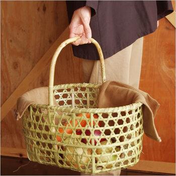 青森のりんご農家で収穫時に使われるカゴです。美しい六角目の編みこみで、とても丈夫。このカゴに布製のバッグにあずま袋をINして使うのも良さそうです。