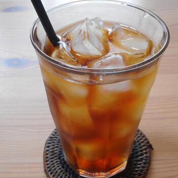 たんぽぽコーヒーは、その名の通り焙煎したたんぽぽの根っこから作られるコーヒーです。焙煎したことでコーヒーに似た風味が出ていますが、もちろんコーヒー豆は使っていないので安心して飲めるノンカフェインドリンクです。たんぽぽ茶には、母乳の質を良くして母乳を出やすくする、冷え性や便秘などの改善、むくみを改善などの効果があります。淹れ方は、コーヒーのようにドリップで淹れると香ばしさが感じられておすすめです◎