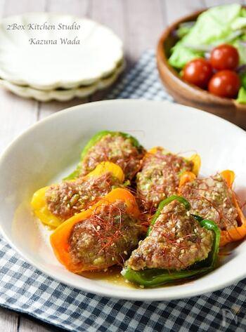 晩ごはんのおかずやお弁当にぴったりのピーマンの肉詰め。下味冷凍でしっかり味をつけたお肉を使えば、後は電子レンジで簡単に作ることができます。フライパン不要なのは、嬉しいですね。余った冷凍ひき肉は、そぼろご飯などにアレンジも可能。
