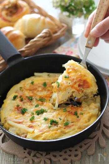 新じゃがいもとチーズ、卵を使ったスパニッシュオムレツ。牛乳とマヨネーズでコクをプラスしています。フライパンでチーズに焼き色が付くよう、両面を焼いたら完成です。
