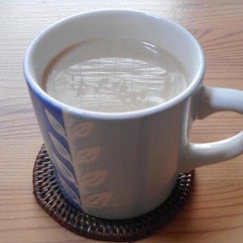 たんぽぽコーヒーは、コーヒー豆が使われていないのにも関わらず、コーヒーのような風味を楽しめるノンカフェインドリンクです。そのため、牛乳を淹れてカフェオレのようにして飲むこともできます♪