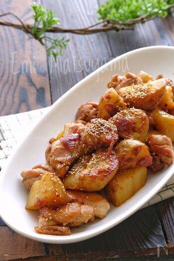 鶏肉と新じゃがを甘辛さっぱりダレで煮絡めた、ボリューム満点のひと品。新じゃがの筋肉疲労改善、鶏肉の食欲不振改善などの効果で、身体にも嬉しい新じゃが料理です◎