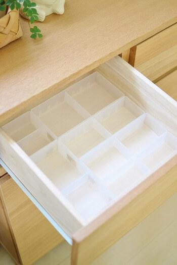 4つのトレーを引き出しに合うように組み合わせれば、備え付けのインナーボックスのような気持ちいい見映えに。 それぞれ可動式の仕切り板が1枚付いているので、収納したいアイテムに合わせて調整すれば完璧です。