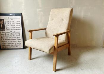 こちらは1960~70年代頃のイギリスのラウンジチェア。ナチュラルカラーのファブリックとシンプルなデザインの椅子のなので、どんなインテリアにも馴染み、末永く愛用できそう。古いものですが、大きなダメージはなく状態が良いのも嬉しいです。