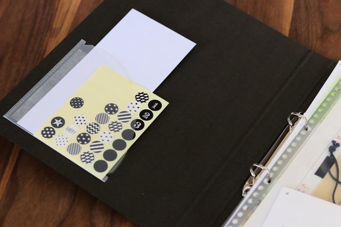 ダイソーの貼れるポケットは、シールや切り抜きなど小さなアイテムのストック管理に使いやすいでしょう。 ノートやファイル、手帳に貼って、必要なものを挟んでおけるようになりますよ。