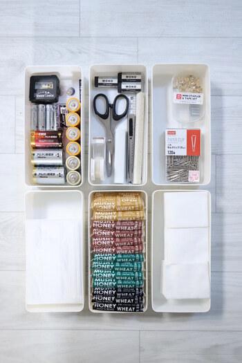 粘土を収納するためのケースなのでお道具箱のような蓋が付いています。 縦長サイズだからペン類はもちろん、ハサミや定規、カッターなど長い文具の収納にぴったり。 蓋は引き出し収納ではトレー代わりに使え、見せる収納では埃よけにもなり、重ねてもすっきり収納できます。