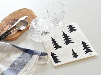 """スウェーデンのブランド「Fine Little Day(ファインリトルデイ)」のスポンジワイプは、北欧らしいデザインが魅力。""""GRAN(グラン)""""はもみの木が不規則に並び、まるで森の中のよう。かわいいだけではなく、台ふき、食器ふき、掃除など家事に大活躍してくれます。水分を良く吸って、乾くのも早いので衛生面でも安心。地球にやさしい素材を使用しているのも、環境推進国のスウェーデンならではの気づかいです。"""