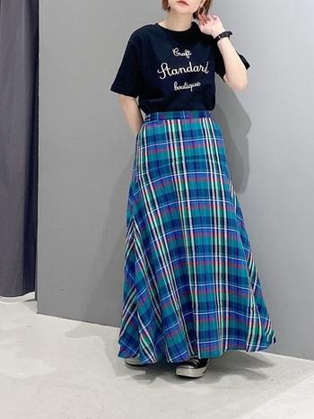 黒のプリントTシャツに、フレアラインがきれいなチェックスカートを合わせた大人カジュアルスタイル。カジュアルなTシャツでも、きれいなフレアシルエットのおかげで女性らしい着こなしに。ブルーを主役に、何色かミックスされたカラフルなチェックスカートは、どんなアイテムと合わせても遊び心ある大人のスタイリングが楽しめます。