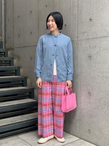 チャイナドレス風のシャツに、ピンクのチェックパンツを合わせスタイリング。ブルーがもつ爽やかなイメージと、ピンクのフェミニンな雰囲気が意外にも相性よくマッチした、遊び心あるコーディネートです。フロントのボタンを全開にして、シャツを羽織っぽく着こなすのもアリ。