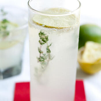 ハムやソーセージの香りづけにも使われ、さわやかな香りと渋みが特徴のタイムとレモンで作る大人のレモネードソーダ。喉にも良くリラックス効果があると言われているタイムが入ったソーダは、暑い夜の寝る前のリフレッシュドリンクにも良いかも。