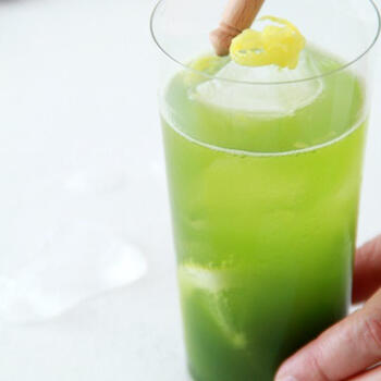 抹茶とレモンと炭酸という不思議な組み合わせのドリンク。意外な組み合わせながら相性が良く、グリーンとレモンの彩りがさわやかで、和の味わいと香りが爽快な炭酸ドリンクは、ご年配の方へのおもてなしドリンクにも喜ばれそう。