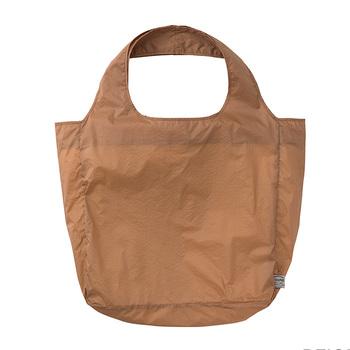 「TO&FRO(トゥーアンドフロー)」のトートバッグは、旅行用オーガナイザーに採用されている、軽くて丈夫な生地を使用しています。薄い素材ですが、5㎏の荷物を入れての24時間耐久試験済みなので安心して使えます。もち手は肩にかけられる長さがあり、生地も2重になっているので強度も十分です。