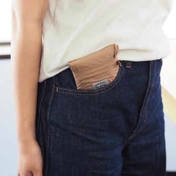 大きめなサイズですが、丸めて内ポケット部分に収納するととってもコンパクトに。ポケットに入るほどの大きさになり、かさばりません。また生活防水機能もついているので、デイリー使いに最適です。