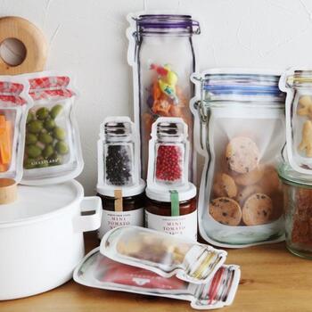ユニークでスマートなアイテムを発売しているブランド「KIKKERLAND(キッカーランド)」。こちらのジッパーバッグは、見ているだけでもおしゃれで楽しくなるようなデザインが魅力です。食べ物からアクセサリーや絆創膏などの小物まで、いろいろな場面で活躍してくれるアイテムです。食洗器で洗うことができるので、衛生面も安心して繰り返し使うことができますよ。