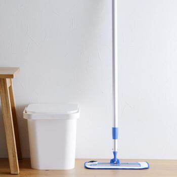 「MQ Duotex(エムキューデュオテックス)」のMQプレミアムモップは、水だけで汚れを落とせるお掃除グッズです。スウェーデンのマクドナルド全店で使用され、世界30か国で業務用モップとして愛用されています。おしゃれな見た目は、出したままにしていても◎。人間工学に基づいて作られているので、使い勝手も抜群。床だけではなく、壁や天井まで家の中で幅広く使えるモップです。