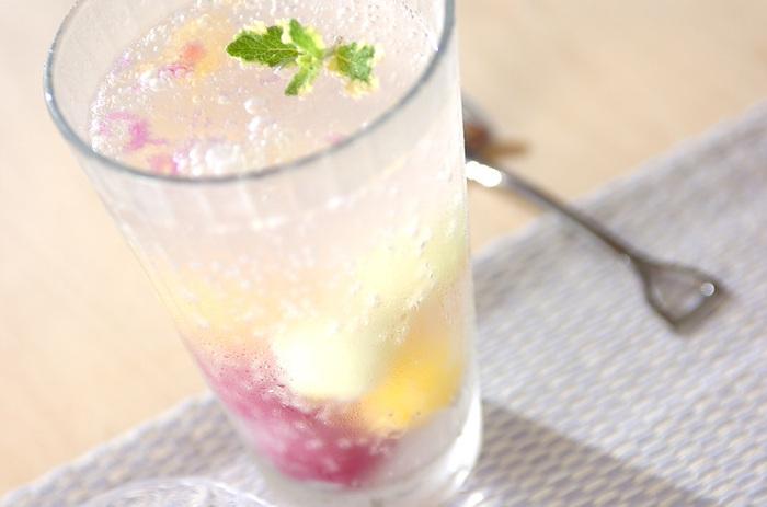 ソーダ水にアイスクリームを浮かべていただくクリームソーダも魅力的ですが、こちらは一口サイズのアイスが中に入っている、見た目もキュートなソーダです。浮かべたり沈めたり、アイスと炭酸水は色々な組み合わせで楽しめるので、猛暑の時期に色々と試してみるのも楽しいかも。