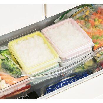 いつもラップに包んでいた冷凍ごはんも「Kraso(クラソ)」の電子レンジ容器なら洗って繰り返し使えて経済的。それに、ザルがついているのでレンジで温めるときにムラになりにくい効果も。ごはんの他にも、シュウマイや野菜の温めにも◎。重ねやすいように蓋の形が工夫されているので、冷凍庫の中でも容器の保管もすっきり気持ちよく収まります。スモーキーなカラーに気分が上がりますよ。