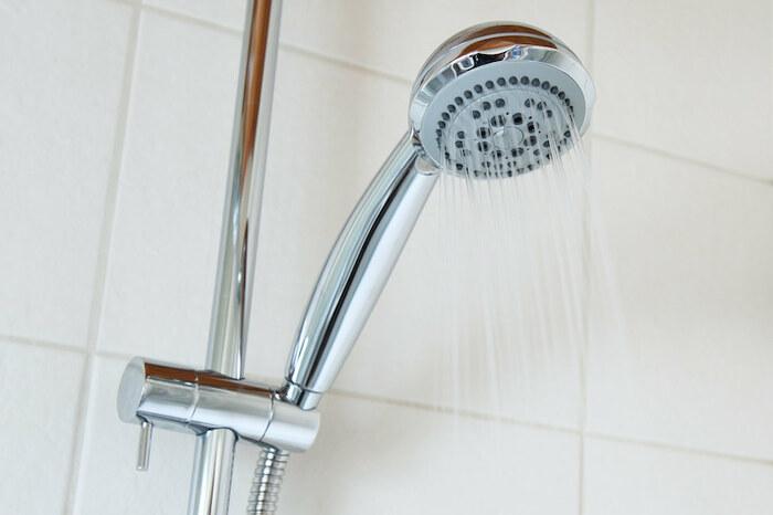 シャワーヘッドの掃除には洗面器などに溶かしたクエン酸に、シャワーヘッドをつけておきます。その後スポンジでこすり、シャワーヘッドから水を出して洗い流せば終了です。  ■クエン酸水 ・ぬるま湯 1ℓ ・クエン酸 大さじ1杯 お風呂の洗面器を使うと便利です。