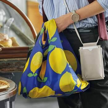 「Kraso(クラソ)」のマチ付きのエコバッグ。広めのマチはお肉や魚のトレーなどを、バッグの中で平行に保ってくれます。コンビニのお弁当やパン屋さんなどいろいろな場面で活躍してくれますよ。カラフルでと大きな柄もエコバッグならおしゃれに。使うたびに気分が上がるエコバッグです。