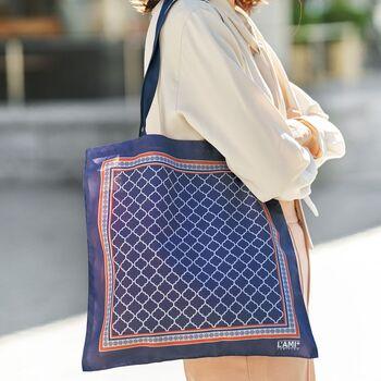「Kraso(クラソ)」のエコバッグは、おしゃれなスカーフ柄。大人っぽいデザインはどんな服にもしっくりとなじみ、荷物が増えたときのサブバッグとしてもおすすめです。