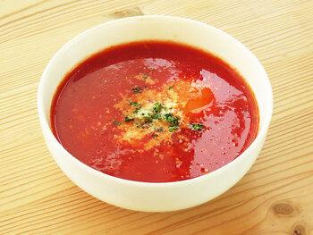 トマトジュースベースのスープに卵を落とした栄養バランスのいいトマトスープです。煮込んでいる途中に、卵を溶きほぐさずそのまま入れるので、白身と黄身の両方の味わいをしっかりと楽しめます。  美味しいポイントは、塩をしっかり効かせること。トマトの旨みが引き立ちます。