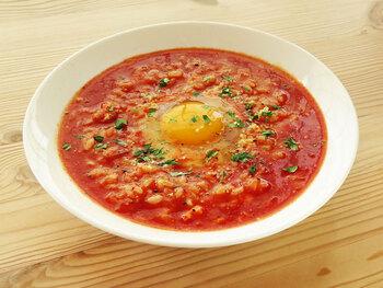 茶碗1杯分のご飯が余ったらトマト雑炊を作ってみませんか。玉ねぎとにんにくをしっかりと炒めて、香りを立たせてからトマトジュースを加えると、味がよく仕上がりますよ。  最後に落とす卵は好みの固さになるまで、触らず煮込みましょう。食べるときに、卵をそっと崩して、ごはんと混ぜ合わせると味に変化が生まれます。