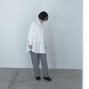 リラックスサイズの白シャツは、そのまま着流すだけでも美しいシルエットに。腰回りを隠せるサイズ感であれば体型カバーもできますし、シンプルなので、寒いときに羽織りたい色柄もののショールもおしゃれにみせてくれます。
