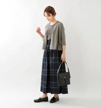 短めの丈のシンプルなカーディガンは、ワンピースやワイドパンツなどボリューム感のあるボトムスとの相性が抜群。ハイウエストのスカートなら腰回りもスッキリと見えますね。