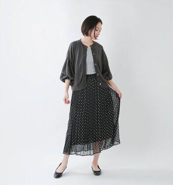 透け感のある軽やかなシフォンスカートは抑えめカラーで品良くまとめて。足元にはややマットな艶感のアイテムを合わせてあげると黒っぽいコーディネートにも奥行きが出て、涼しげな印象をキープできます。