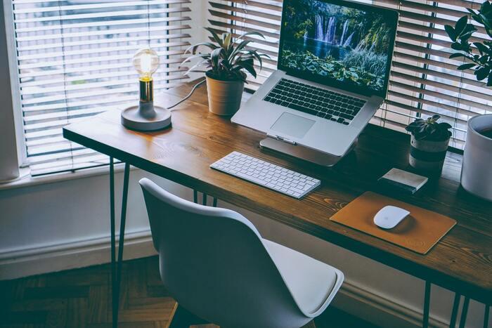 集中力を高めるためには環境づくりも欠かせません。デスクの周りが散らかっており、視覚的に情報が多いと集中できない原因になります。また、室内が暑すぎる、寒すぎる、うるさすぎるなど、気が散る要素も排除しましょう。疲れを感じない姿勢など、ゾーンに入るにも重要なポイントといえます。