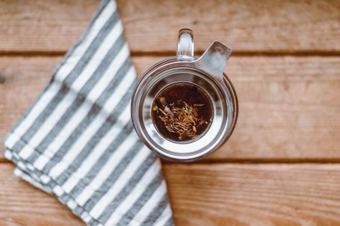 カフェインが多く含まれる飲み物がコーヒーですが、紅茶や緑茶、ハーブティーなどにも含まれますよ。紅茶がコーヒーの半分ほどのカフェイン量を含んでいます。コーヒーが苦手だったり、カフェインのとり過ぎが心配だったりする場合は、ほかの飲み物からカフェインをとると良いでしょう。