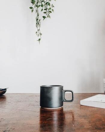 集中が切れた時に効果的なアイテムとしてよく知られるのがコーヒーですよね。コーヒーに含まれるカフェインが脳を覚醒させ、コーヒー1杯(カフェイン約60mg)で数時間のパフォーマンスの維持を助けるとされます。ただし摂取のしすぎに注意。カフェインの過剰摂取はだるさややる気の低減につながってしまいますよ。