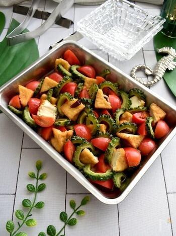 素揚げしたゴーヤを、黒酢と白だしベースのタレに漬け込んでマリネにしたレシピ。トマトと厚揚げが入ることで食べ応えもバッチリ、彩りもキレイですね。  食欲がない時はこのマリネを食べて暑い夏を乗り切りましょう!