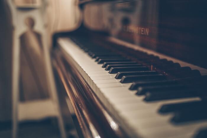 集中する時に出る脳波がα波。このα波は、やさしいクラシックやピアノなどを聴いている時に強く出るとされます。ヒーリング効果のありそうなメロディをBGMにしてみてくださいね。これらの音楽は休憩中のリラックス度を高めるのにも効果が期待できますよ。
