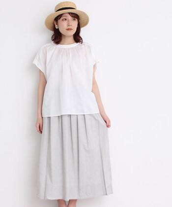 コットンと麻素材のラミーを合わせた、ハリ感のある生地のブラウス。衿もとのほのかなギャザーがふわっとしたニュアンスを演出します。  同じようにギャザーを効かせたフレアースカートには、トップスをインせずに着るときれいなAラインにまとまります。シンプルながら品のあるスタイルです。