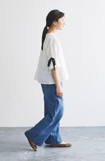 ブラウスの着こなしにも、やっぱりデニムパンツは欠かせません。 ふんわりシルエットに袖のリボンが大人かわいいブラウスは、鮮やかなブルーデニムで甘さを引き算。清潔感のある着こなしに仕上がります。  夏のデートにもぴったりなさわやかスタイルです。