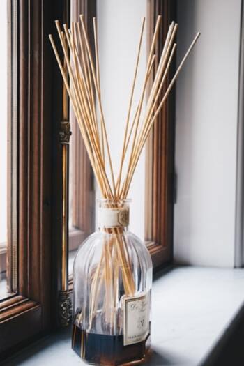 嗅覚から集中力は高められるでしょうか。香りの効能を利用したアロマテラピーもありますから、集中力の維持にも力を発揮しそうです。休憩の時は違う香りを楽しむのも良さそうですね。