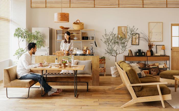 例えば、こちらはソファを背にしてダイニングスペースを作る手法もよく使われるアイデアです。 動きの多いキッチンエリアと、ゆっくり食事したりくつろぎたいダイニングスペースをくっきり分けると、メリハリの効いた空間になります。