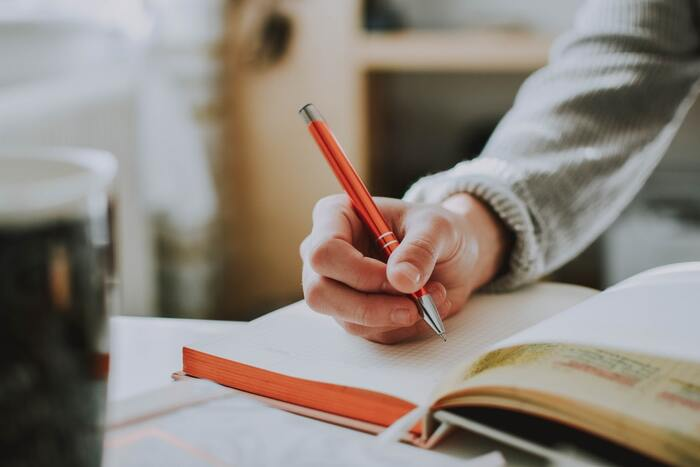 触感から集中力にアプローチするなら、すぐにできるペン回しをしてみて。集中力が切れた時にやる印象があるペン回しですが、それが集中のスイッチになる場合も。実際にオックスフォード大学の研究でペン回しをしたほうが学習効率がアップした結果が得られました。