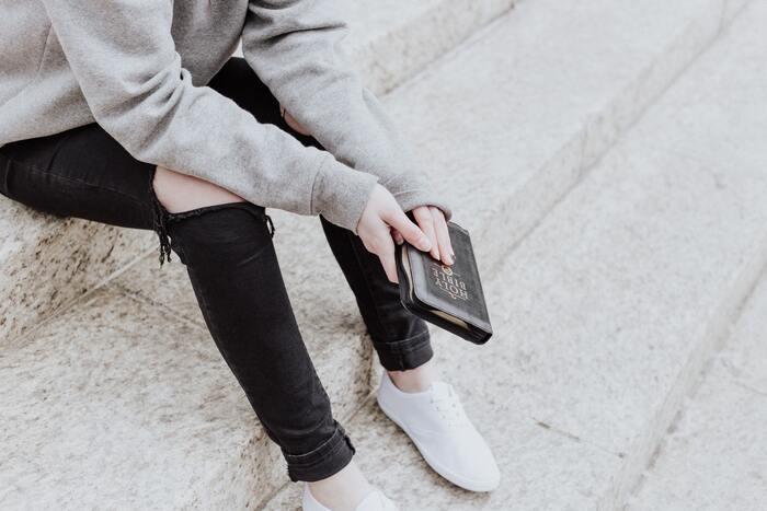 「靴底の減りに偏りがある」「歩き方や走り方に癖がある」「歩幅が狭い」という場合は、股関節の可動域がすでに狭くなっていたり、動きに左右差やクセがあることで負担がかかり、動きが悪くなっているとも考えられます。