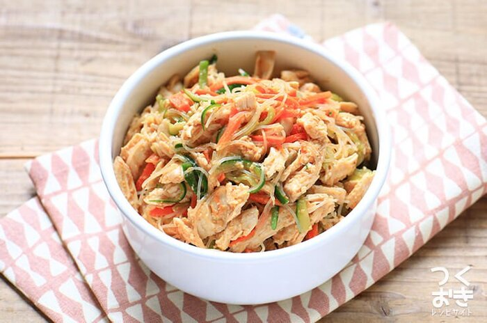 ごまみそ味でお箸がすすむ、蒸し鶏の春雨サラダのレシピ。きゅうり&人参が入っているから、彩りもgoodです。