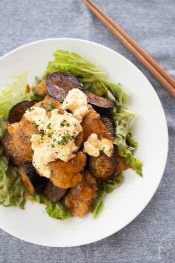 鶏むね肉となすを甘酢たれで絡め、和風タルタルソースをかけたチキン南蛮。なすのとろとろの甘みと甘酢たれの酸味がたまりません。