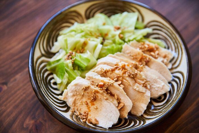 レンジでちゃちゃっとつくれる蒸し鶏。塩麹で漬け込むことでパサつかず、鶏むね肉もしっとり仕上がります。