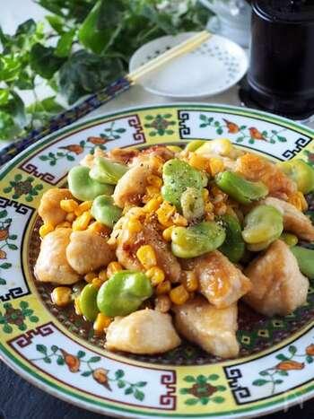にんにくの香ばしさが効いているのでお箸がすすみます♪そら豆のグリーンとコーンの黄色のコントラストがキュートですね。