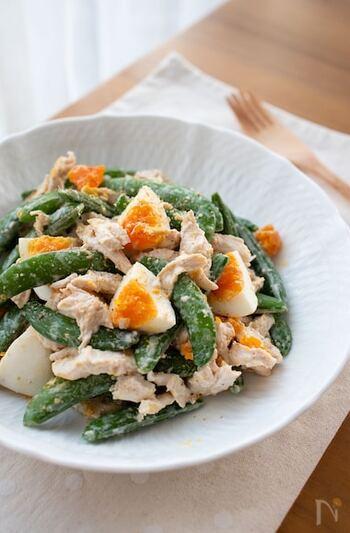しっとりと茹でた鶏むね肉に、スナップエンドウを合わせたボリュームサラダ。卵は潰しすぎないのが、おいしそうに見えるポイントです。
