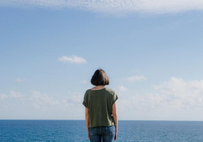 呼吸に注目するなら、瞑想の時間も有意義です。「マインドフルネス瞑想法」は、呼吸に注目し頭の中に浮かんでは消えていく雑念を受け流していく瞑想法。心を落ち着かせることで集中力が高まるとされます。